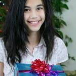 dospívající dívka s dárky — Stock fotografie