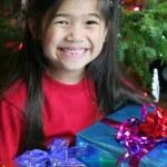 glückliches Kind mit Weihnachtsgeschenk — Stockfoto
