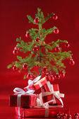 Elegancki czerwony prezenty pod drzewem — Zdjęcie stockowe