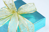 Elegant blue present wrapped with golden ribbons — Foto de Stock