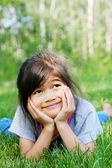 草の上に横たわる子 — ストック写真