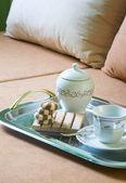 Café chá e bolo de sobremesa na cama — Fotografia Stock