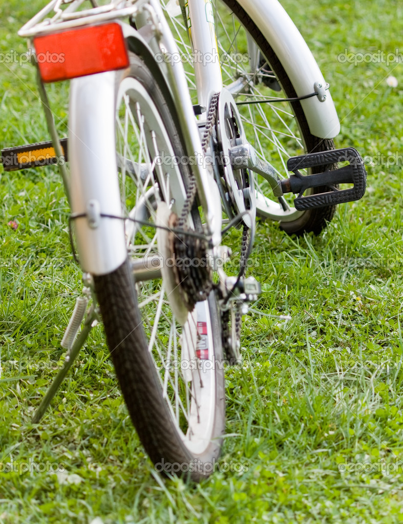Bicycle sport or recreation device on grass — Stock Photo #2798174