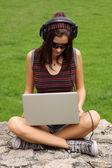 Adolescente casual usando suo notebook — Foto Stock