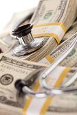 お金のスタックの上に敷設聴診器 — ストック写真