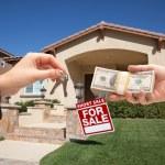 Handing Over Cash For House Keys, Sign — Stock Photo