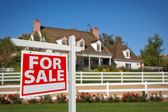 For Sale Sign in Front of House — Stockfoto