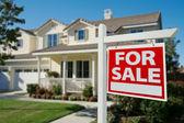 Ev satılık emlak işareti önünde — Stok fotoğraf