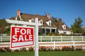 Pro prodej nemovitostí značka před domov — Stock fotografie