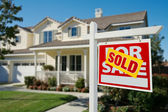 Sold Home For Sale Real Estate Sign in Front — Stockfoto