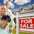 Happy Family, For Sale Sign and House — Stockfoto