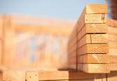 Pilha de madeira no canteiro de obras de construção — Foto Stock