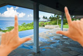 Hands Framing Breathtaking Ocean View — Stock Photo