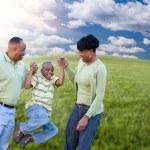 屋外で遊ぶ幸せなアフリカ系アメリカ人の家族 — ストック写真 #3179360