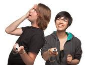 çeşitli video oyun denetleyicileri üzerine beyaz izole eğleniyor çiftle — Stok fotoğraf