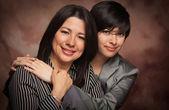 Atraente mãe multiétnica e retrato de estúdio filha nas costas musselina — Fotografia Stock