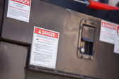 Kanteling gevaar gevaar aankondiging op utility truck. — Stockfoto