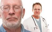 соответствующих старших человек с врачом male позади, изолированные на белом фоне — Стоковое фото