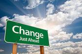 Změnit zelené dopravní značka nad mraky — Stock fotografie