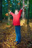 Aantrekkelijk portret van lachende meisje, gooien verlaat — Stockfoto
