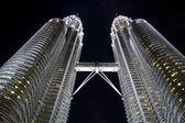Nacht uitzicht op twin towers, kuala lumpur, maleisië — Stockfoto