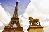 Wieża eiffla w pochmurne niebo — Zdjęcie stockowe