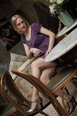 Donna in un bar tavola — Foto Stock