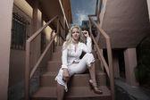 坐在楼梯上的女人 — 图库照片