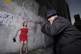человек собирается атаковать женщина — Стоковое фото