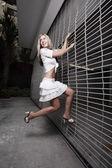 çit tırmanma kadın — Stok fotoğraf
