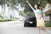 Mujer asiática pidiendo un taxi — Foto de Stock