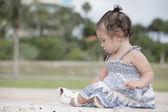 Kleinkind im park — Stockfoto