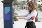Afbeelding van een vrouw betalen voor het parkeren — Stockfoto