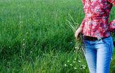 绿色草地上的女人 — 图库照片
