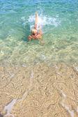 快乐的年轻女人,在海中 — 图库照片