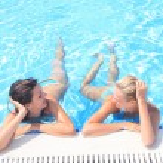 Enjoying the sun in a swimming pool — Stock Photo