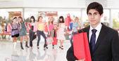 Beau jeune homme shopping — Photo