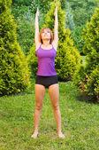 Krásná červená žena dělá fitness a jógy něj — Stock fotografie