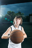 Getting ready to shoot basketball — Stock Photo