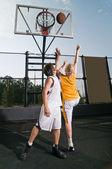 Shooting the basketball — Stock Photo