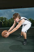 Teenager mit basketball — Stockfoto