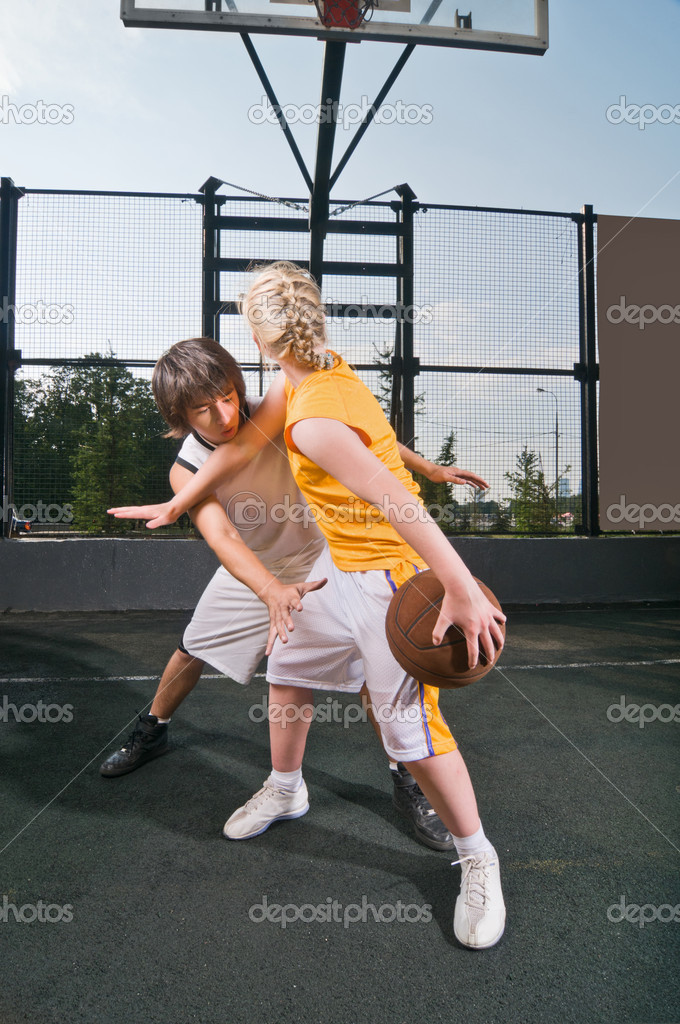 Two teenagers playing one-on-one at the streetball playground — Stock Photo #3532603