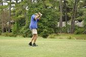 Man driving a golf ball — Stock Photo