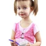 Kinder essen Joghurt — Stockfoto