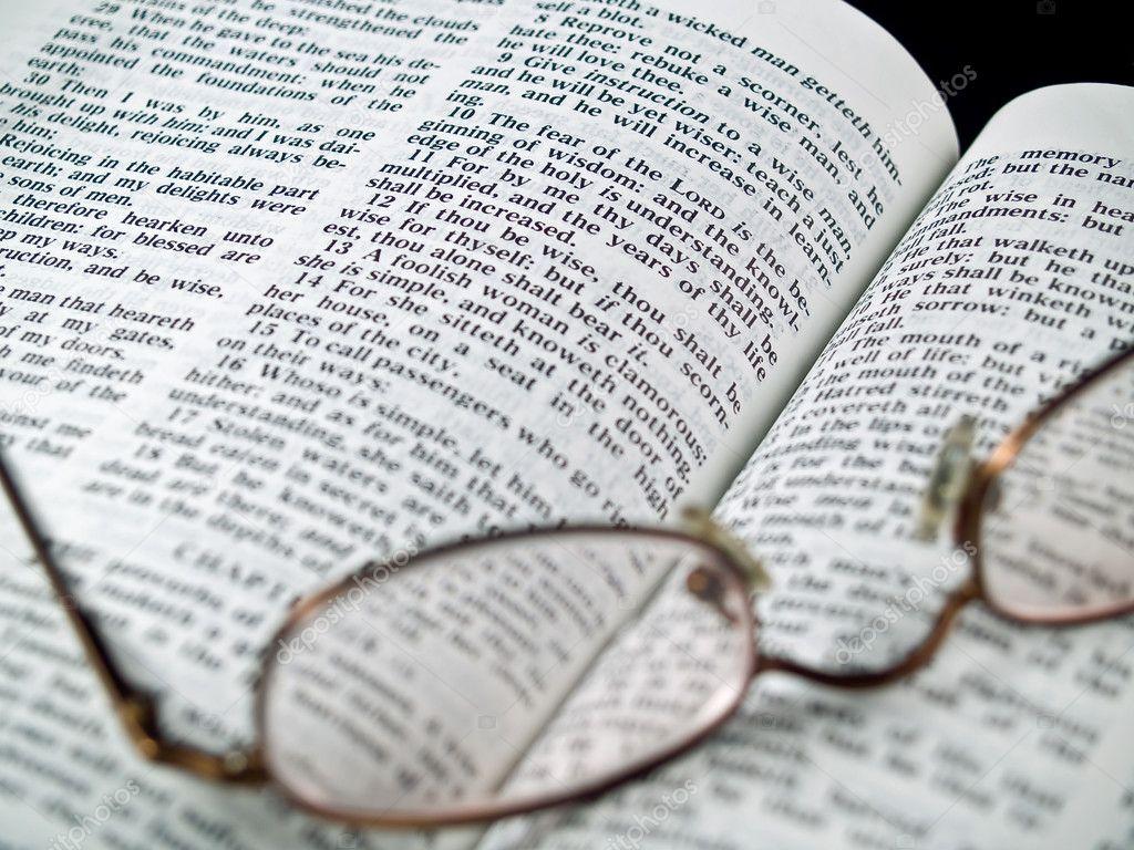 die bibel geöffnet, um das buch der sprüche mit brille — stockfoto