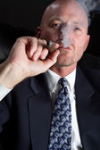 Man smoking cigar — Stockfoto