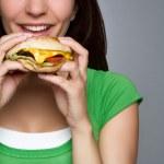 Frau Hamburger Essen — Stockfoto