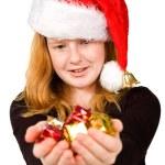 Mädchen hält, Weihnachtsgeschenke — Stockfoto