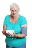 Senior mujer infeliz usando blo automático — Foto de Stock