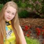 Female teenager portrait in a garden — Stock Photo